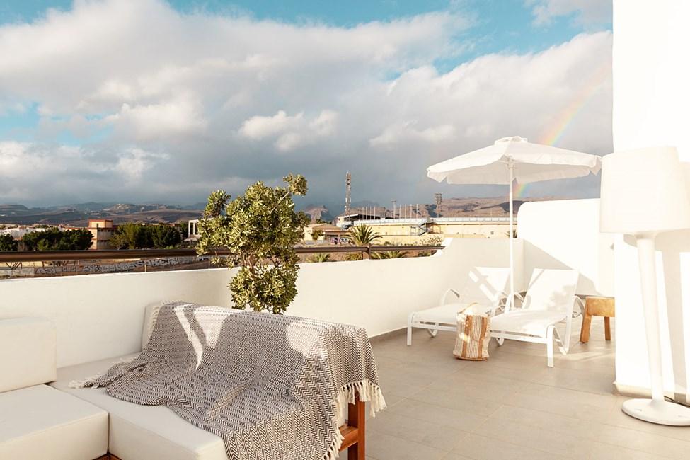 Prime Lounge Suite 2 rum, stor balkong mot poolområdet och Maspalomas