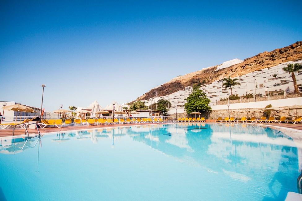 Kring poolen vid Terrazamar finns gott om solstolar och parasoller