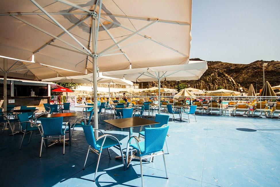 En av hotellets två poolbarer ligger intill poolområdet på Terrazamar