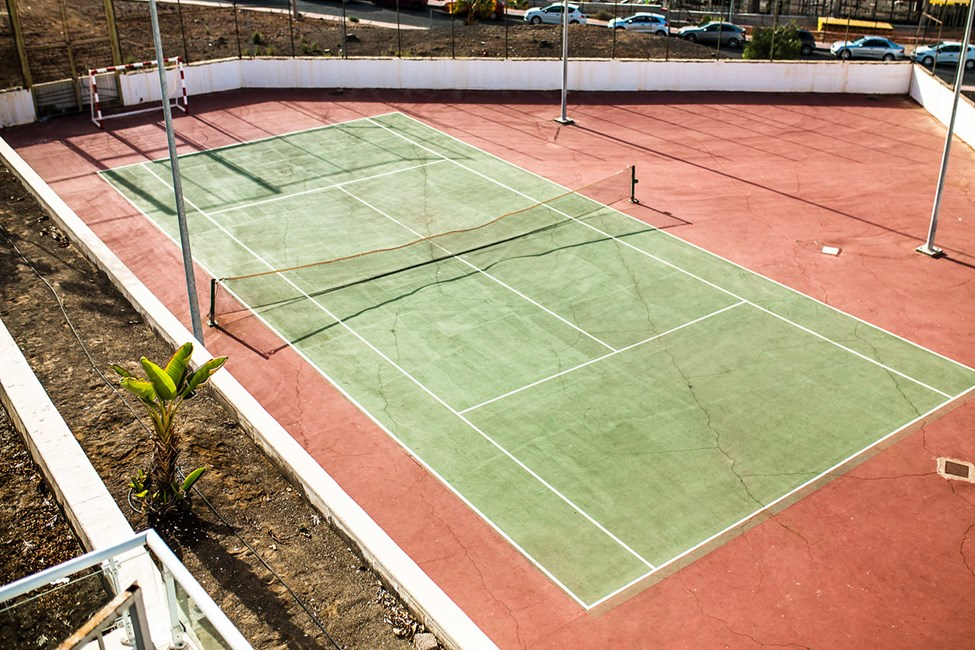 Utmana dig och dina vänner på en match på hotellets tennisplan