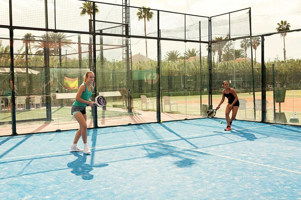 Precis bredvid hotellet ligger en fin tennis/padel anläggning