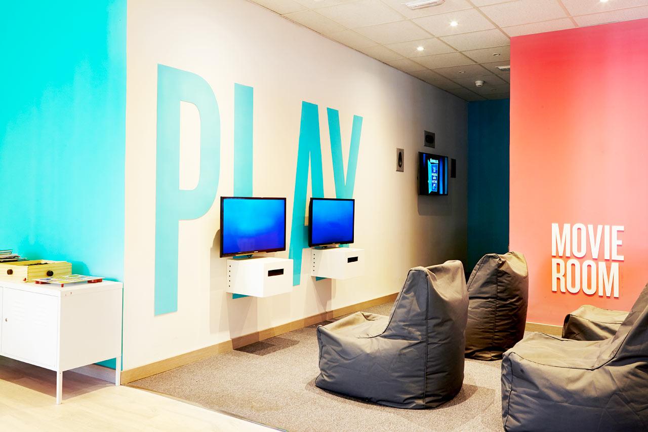 I Teen Lounge kan du spela tv-spel och surfa på nätet. Ligger i Princesa.
