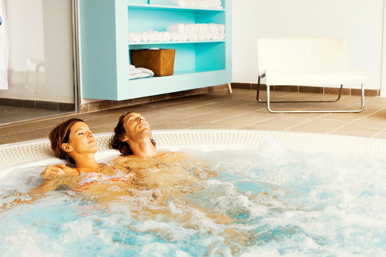 I vårt Spa kan du njuta av flera olika sorters massage, helkroppspeeling och många andra sköna behandlingar.
