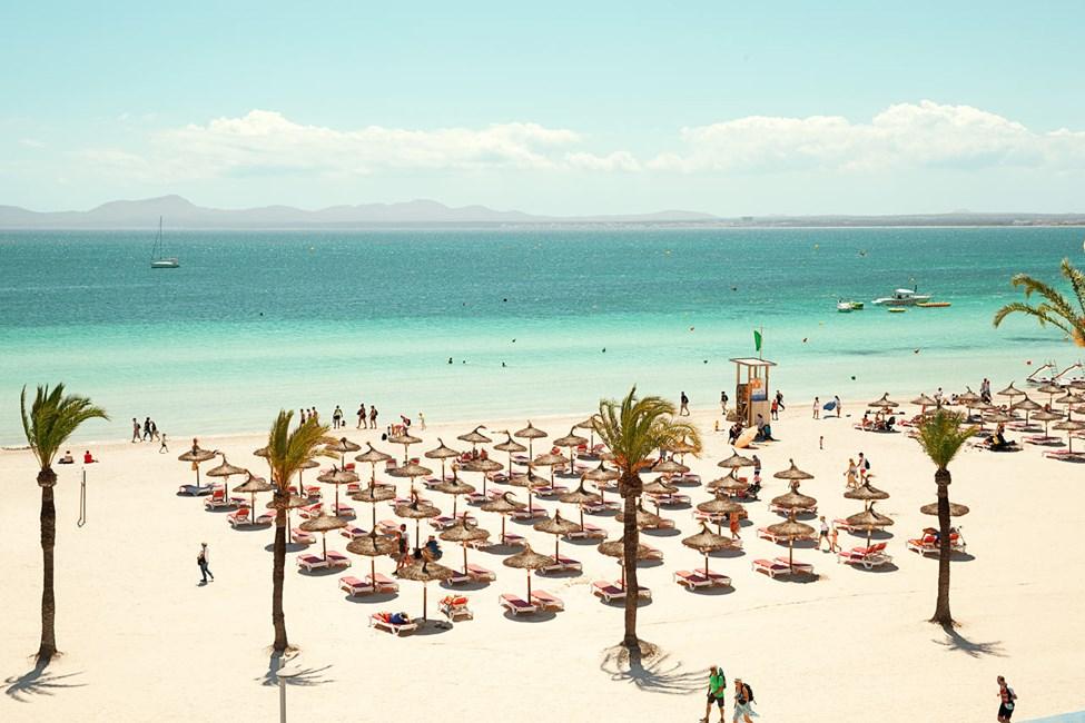 Stranden utanför resorten är bred, milslång och täckt med kritvit sand.