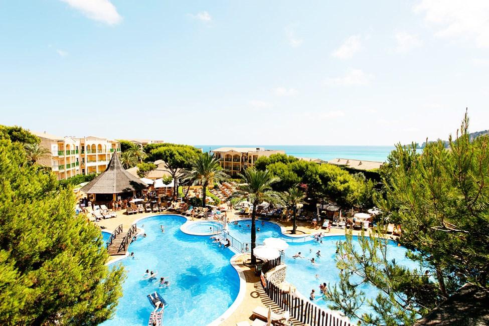 Utsikt över det härliga poolområdet vid huvudområdet av hotellet