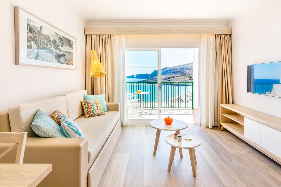 Vardagsrum i tvårumslägenhet med havsutsikt, tvårumslägenhet med stor takterrass och begränsad havsutsikt samt tvårumslägenhet med begränsad havsutsikt och privat trädgård