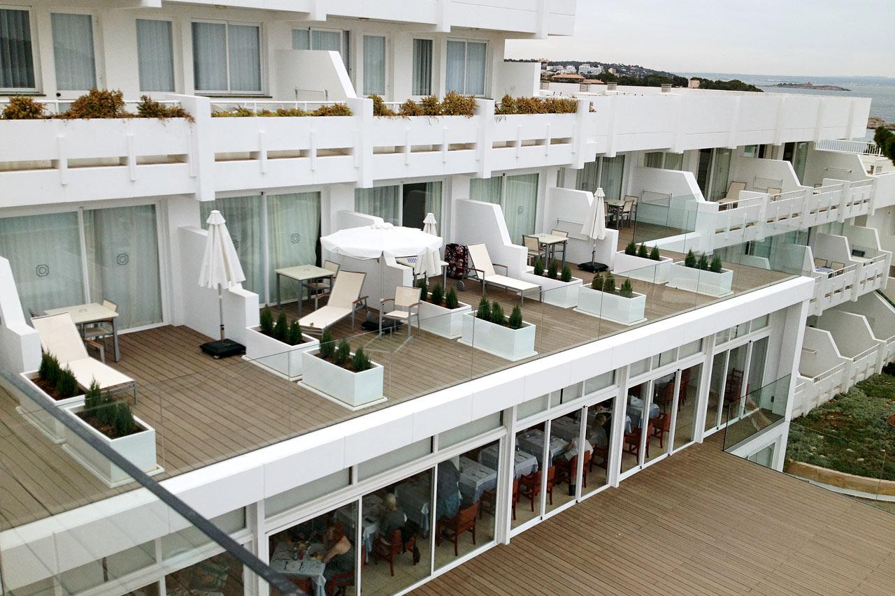 Enrumlägenheter med stor balkong och havsutsikt