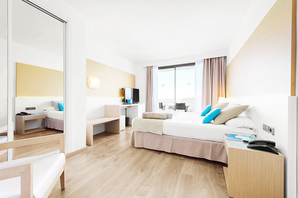 Sovrum i dubblettrum juniorsvit med balkong och havsutsikt