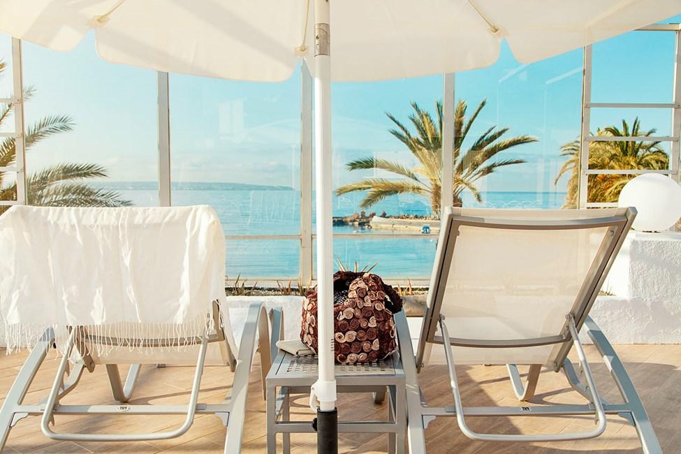 Vid poolen finns bekväma solsängar. Här kan du ligga och blicka ut över poolen och havet.