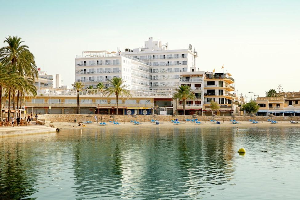 Från Sunprime Waterfront har du en härlig utsikt över hamnen och stranden.