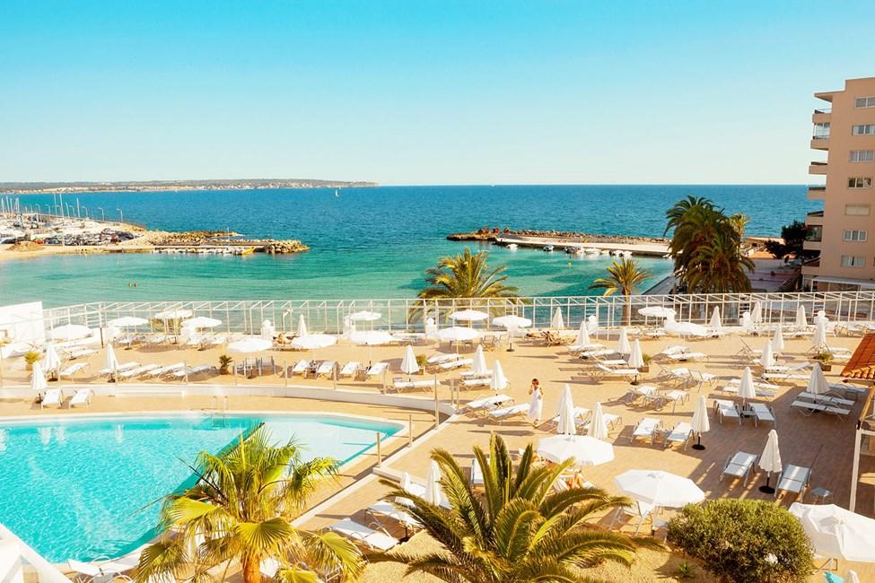 Från hotellets härliga poolområde har du fin utsikt mot Medelhavet.