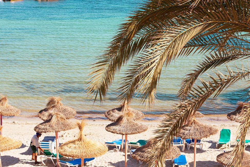 Stranden ligger precis nedanför hotellet.