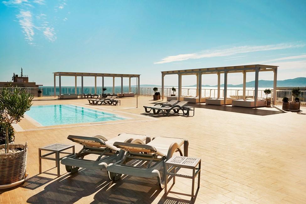 Prime Rooftop Suite med havsutsikt och tillgång till takterrass.