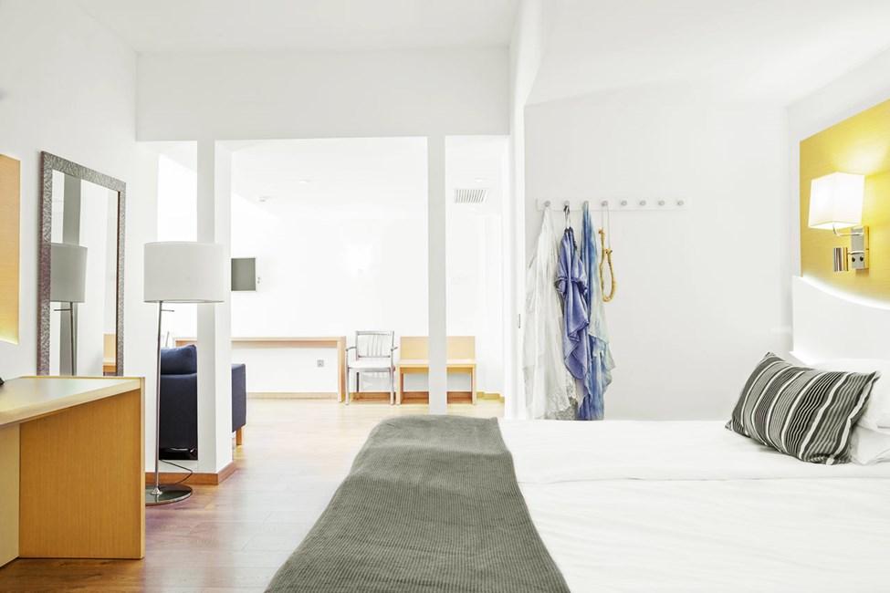Junior Suite med liten balkong och begränsad havsutsikt