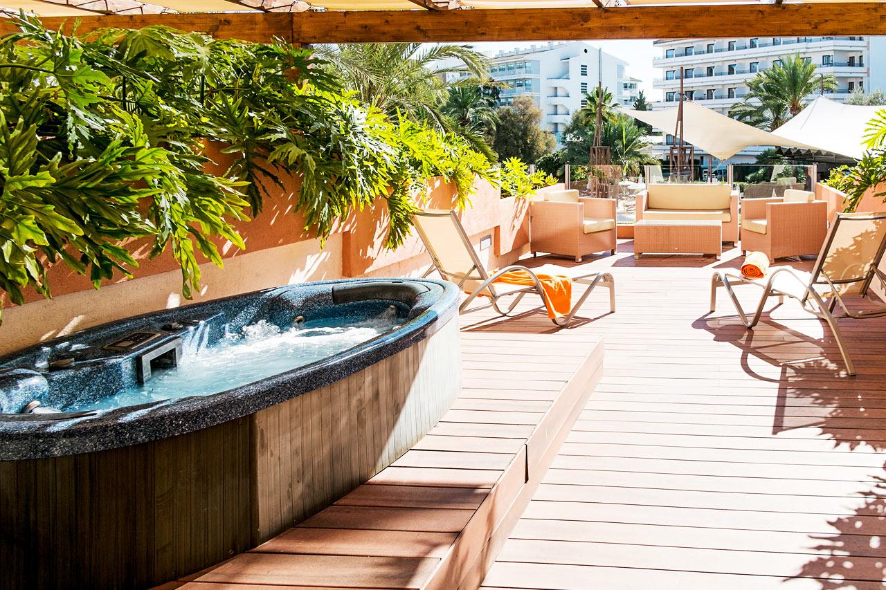 Enrumslägenhet med stor terrass med solsängar och egen jacuzzi (på 1:a våningen)