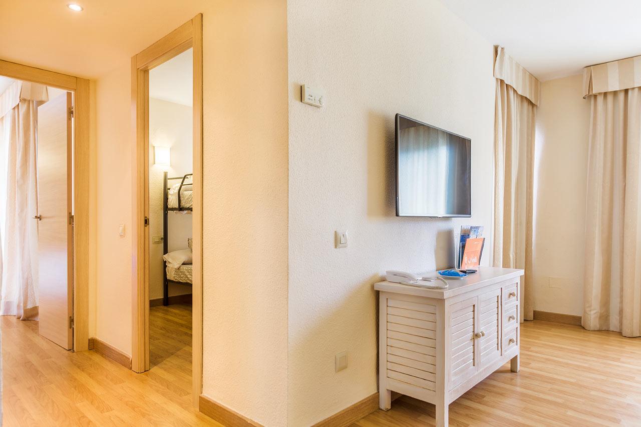 Trerumslägenhet med våningssäng i ett av sovrummen