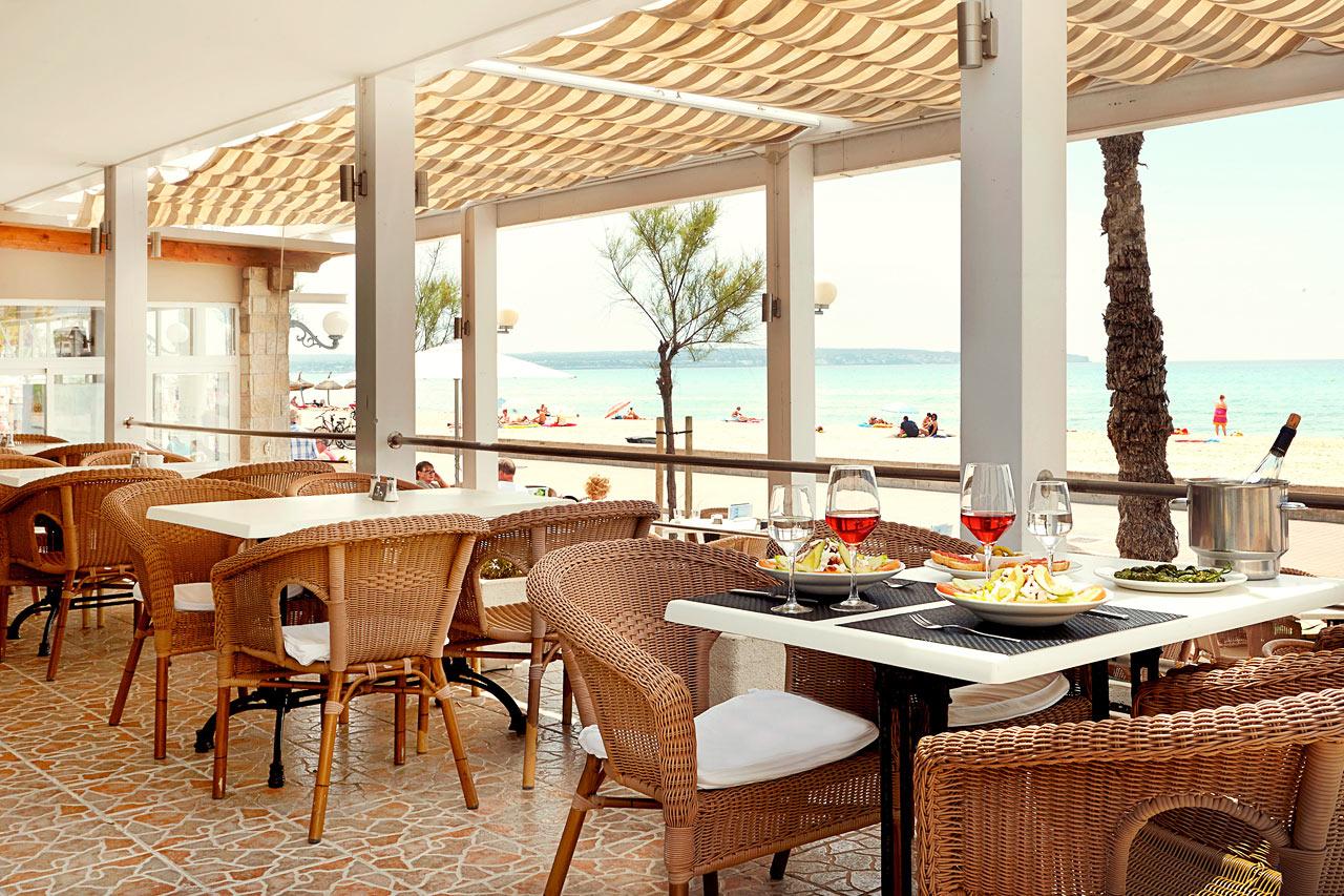 Restaurangen ligger precis vid Playa del Palmas populära strandpromenad.