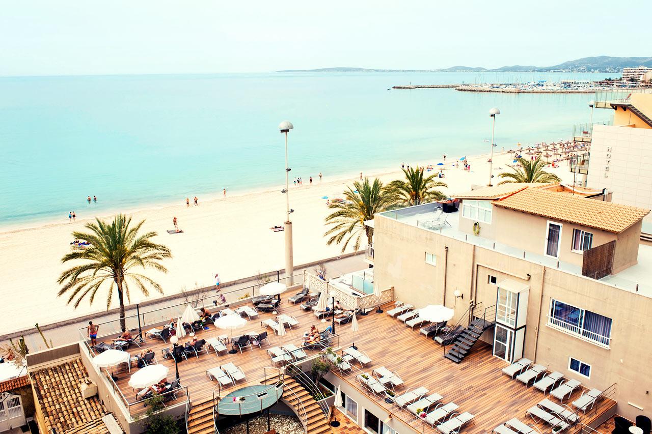Från hotellets solterrass har du härlig utsikt över Palmabukten.