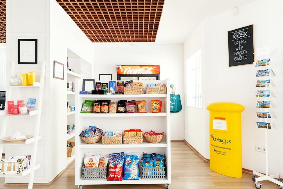 I hotellets kiosk kan du köpa snacks, dryck, solkräm och andra förnödenheter