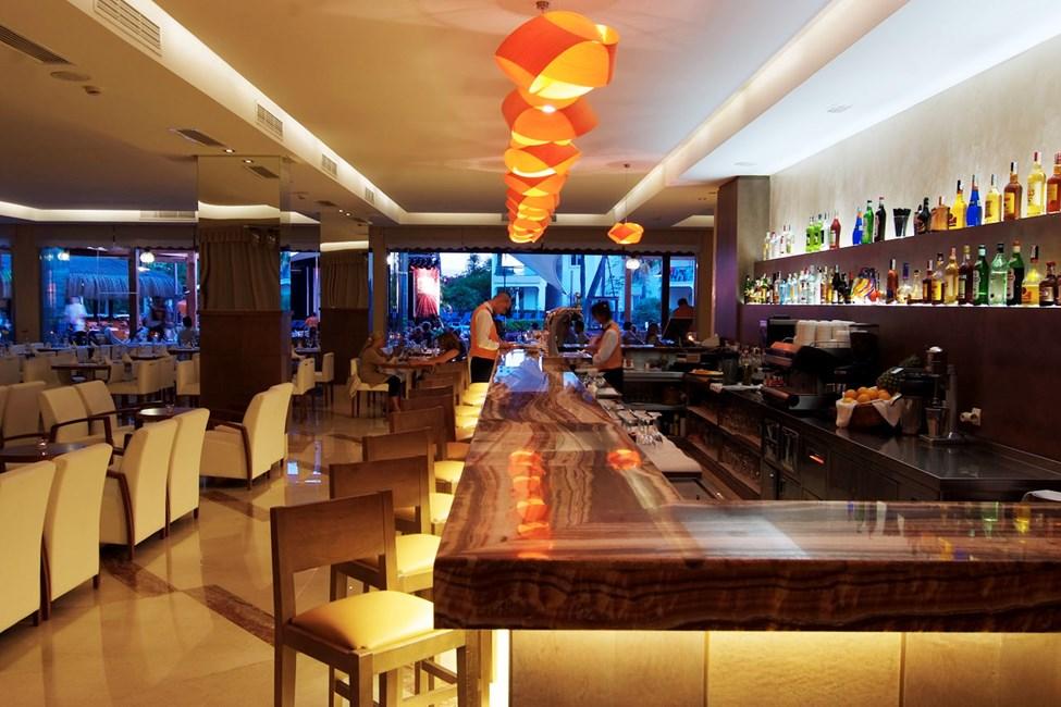 På hotellet finns både restaurang och bar.