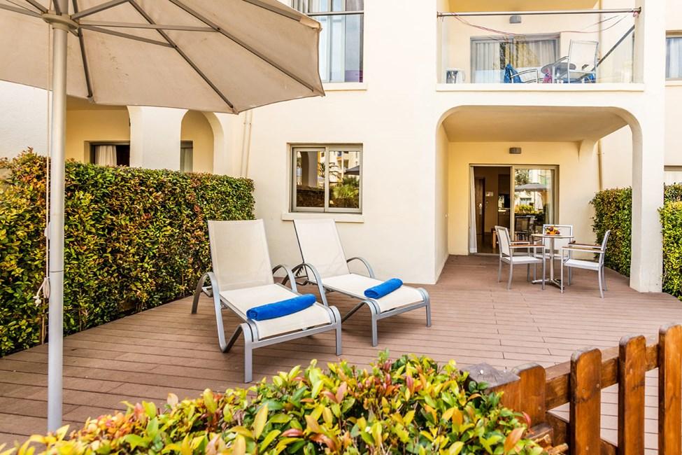 Tvårumslägenhet med terrass och privat trädgård