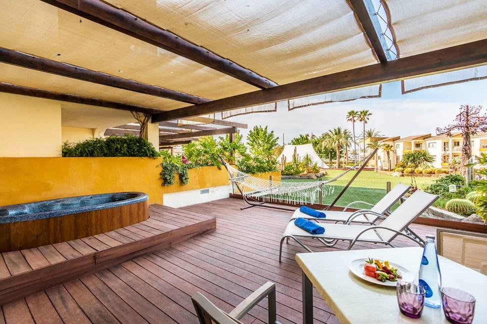 Tvårumslägenhet med stor terrass och jacuzzi mot trädgården