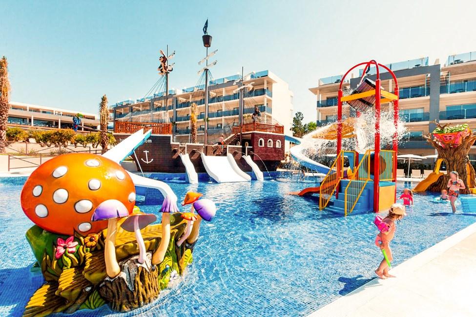 På Zafiro Palace Alcudia är det barnsligt roligt i den härliga barnpoolen med piratskepp och vattenrutschbanor