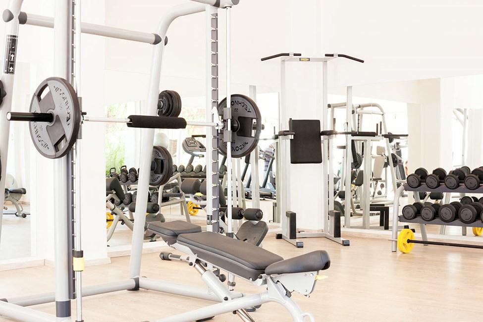 I hotellets gym finns både maskiner och fria vikter.