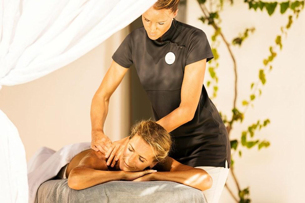 Hot Stone Massage är en populär behandling och utförs av våra utbildade spaterapeuter.