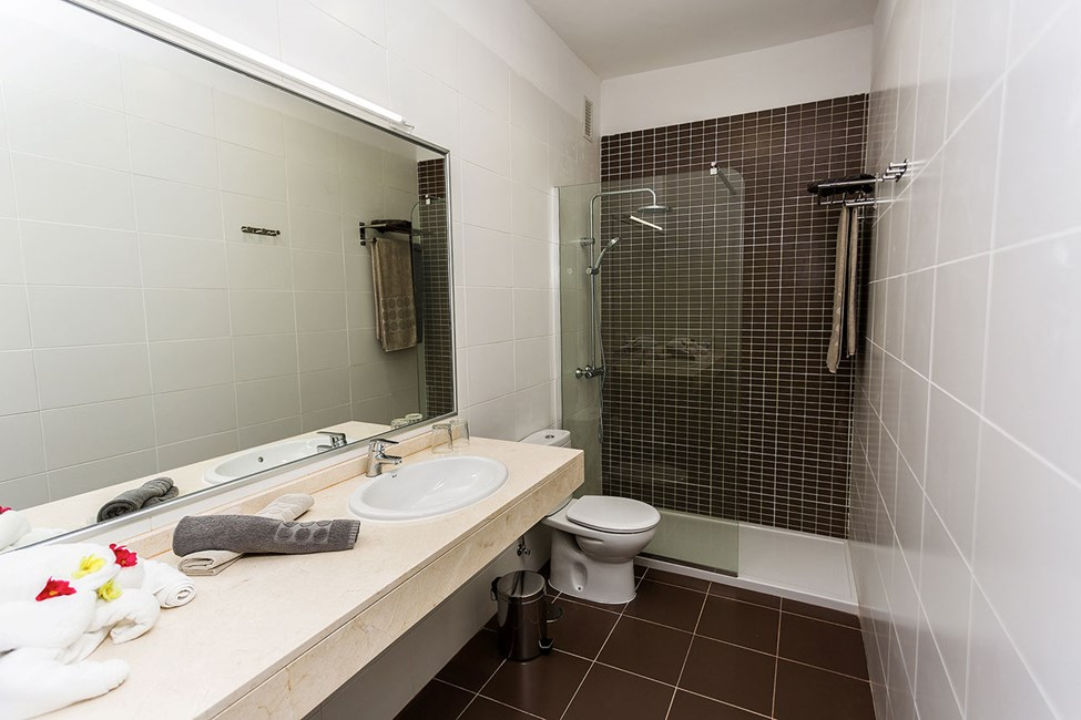 Badrummet i en av tvårumslägenheterna mot poolområdet
