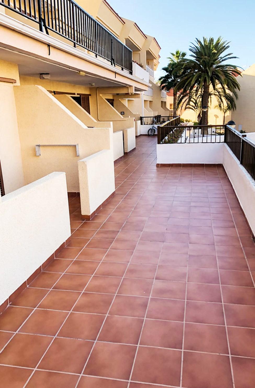 Exempel på balkong/terrass i en loftgång med förbipasserande hotellgäster