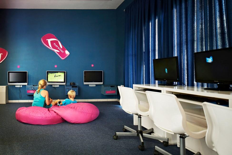 I Play & Chat kan de större barnen koppla av en stund med tv-spel eller surfa på internet.