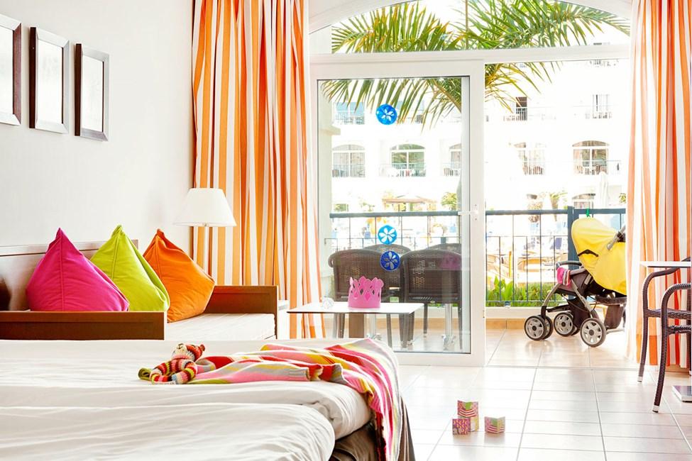 Enrumslägenheten Small Family med terrass mot poolområdet är handikappsvänlig.