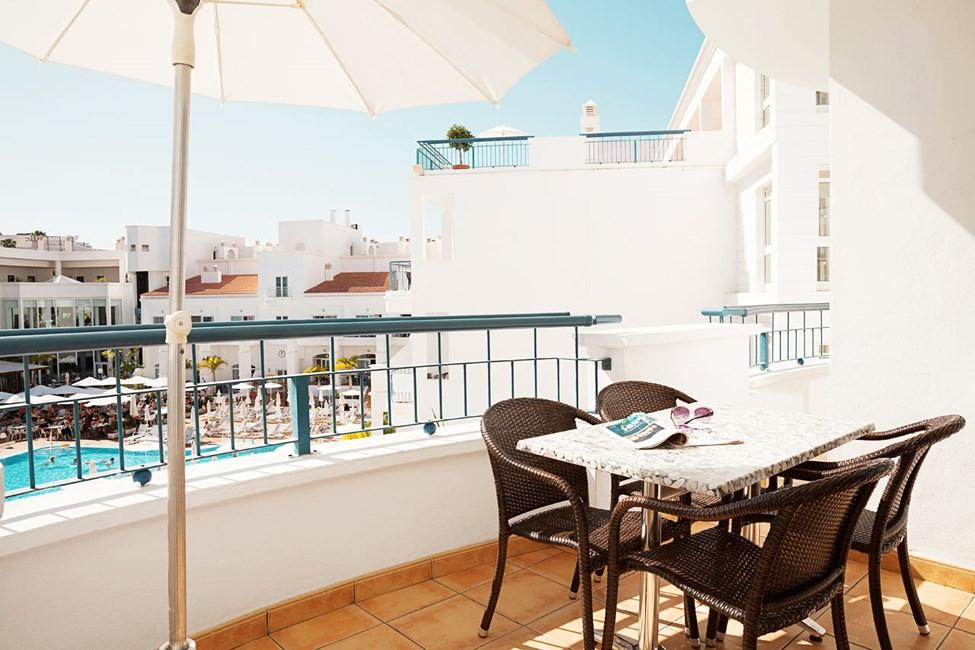 Tvårumslägenhet Royal Family Suite, balkong mot poolområdet.