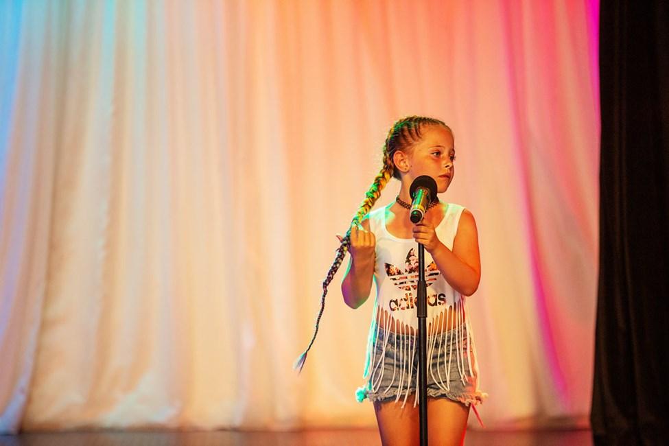 Uppträd och sjung i Teen Idol.
