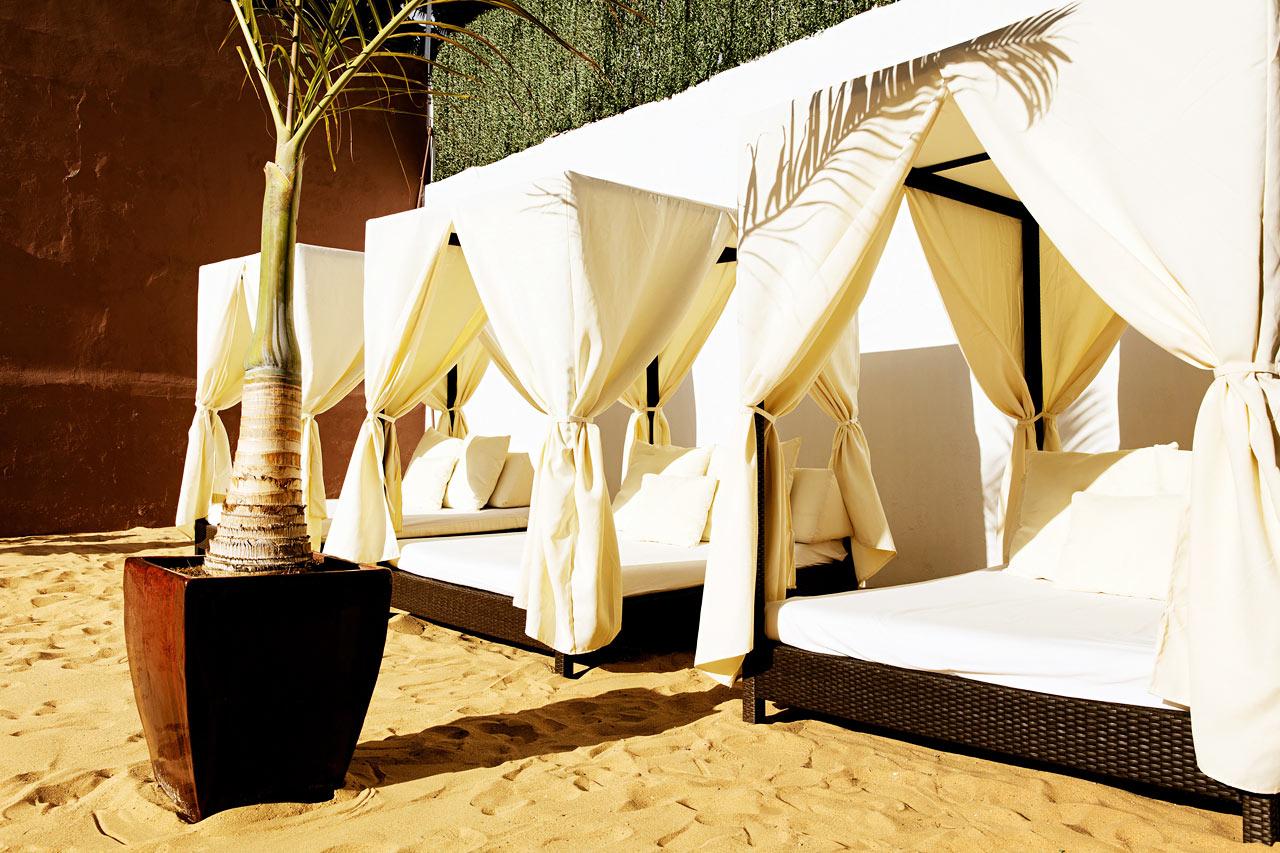 Njuta av sand mellan tårna och en lugn stund i hotellets balisängar.