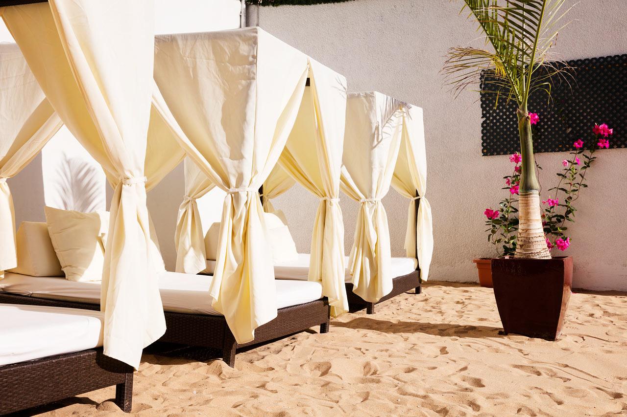 I närheten av poolområdet hittar du detta läckra område med finkorning sand och balisängar.