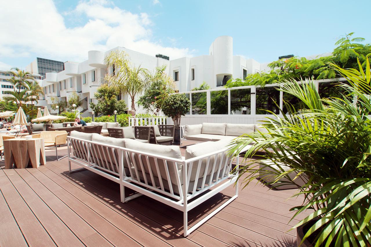 I hotellets utomhuslounge kan du njuta i solen med något kallt att dricka