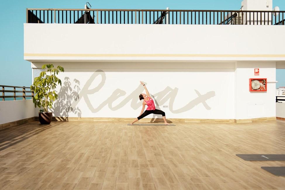 Våra yoga-instruktörer hjälper dig att träna smidighet och balans.
