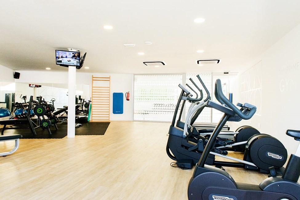 Vårt gym erbjuder moderna maskiner och stora ytor för egna övningar.