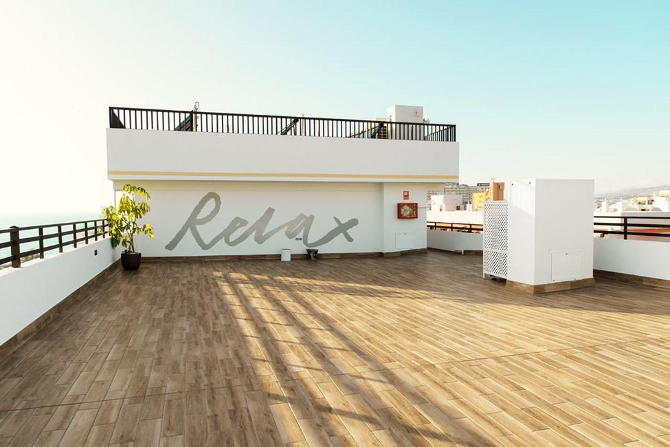 Yogan utövas på denna takterrass.