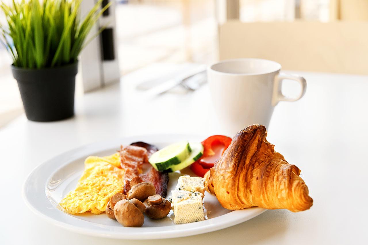 Välj dina favoriter från vår gedigna frukostbuffé