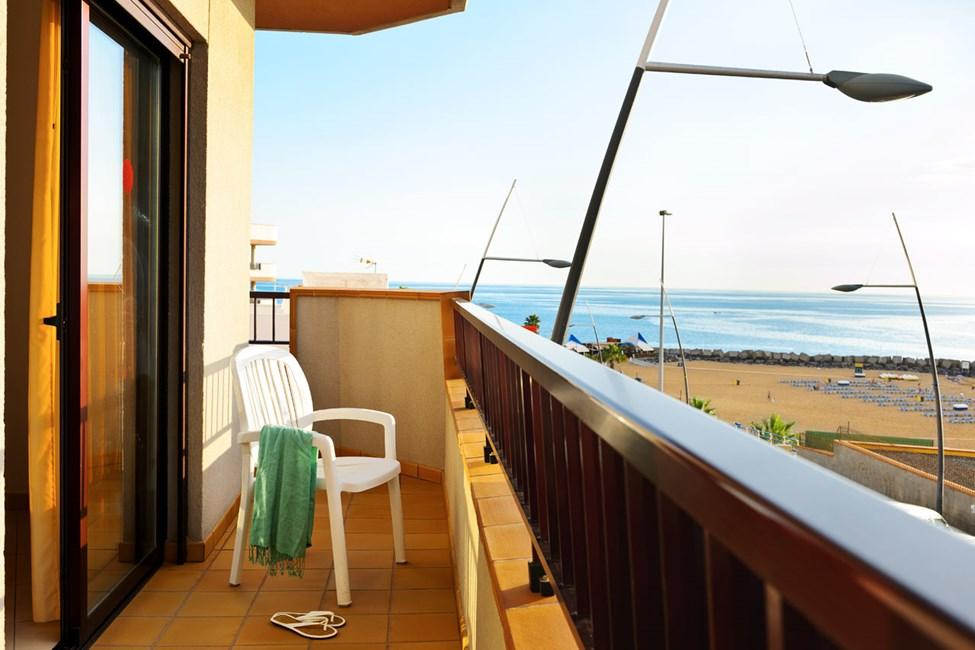 Balkongen till en tvårumslägenhet med havsutsikt
