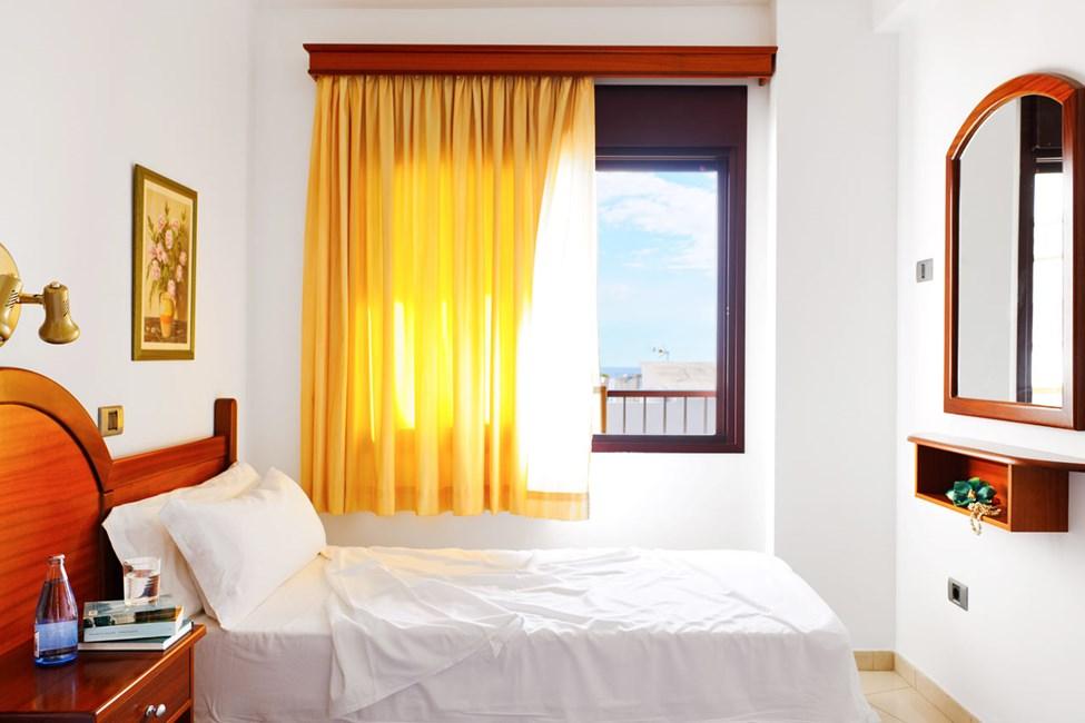 Sovrummet i en tvårumslägenhet med havsutsikt