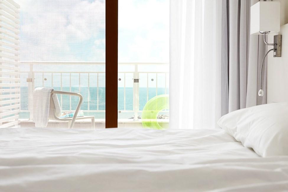 Trerumslägenhet med balkong och havsutsikt.
