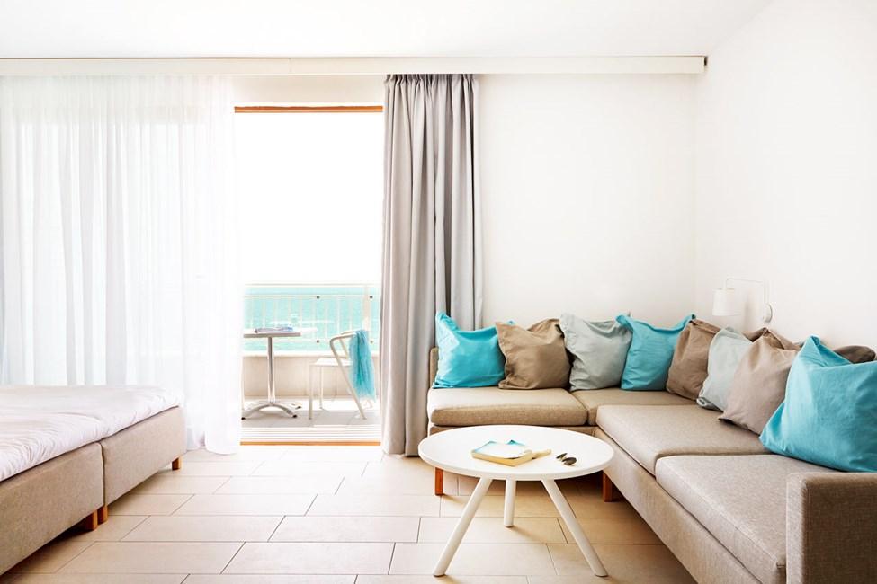 Enrumslägenhet med balkong och havsutsikt.