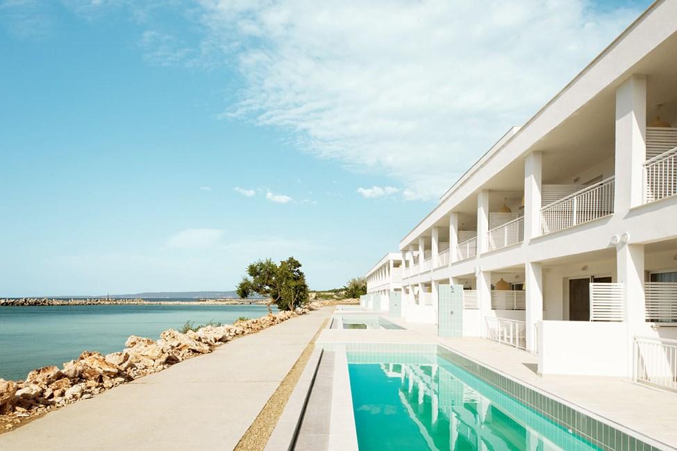Trerumslägenhet med terass och access till privat, delad pool.