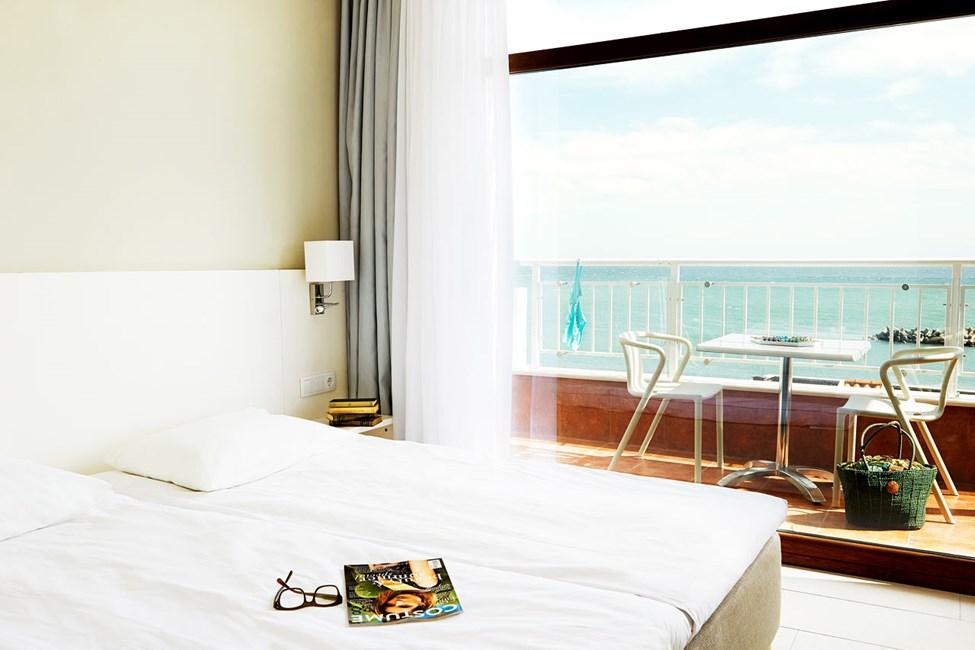 Trerumslägenhet i etage, två balkonger med havsutsikt.