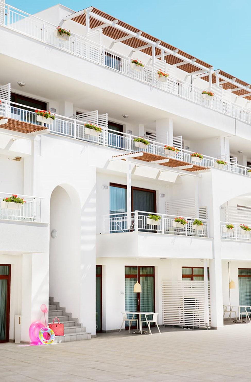Välj vilken lägenhet som passar dig bäst, många av dem har vacker havsutsikt.