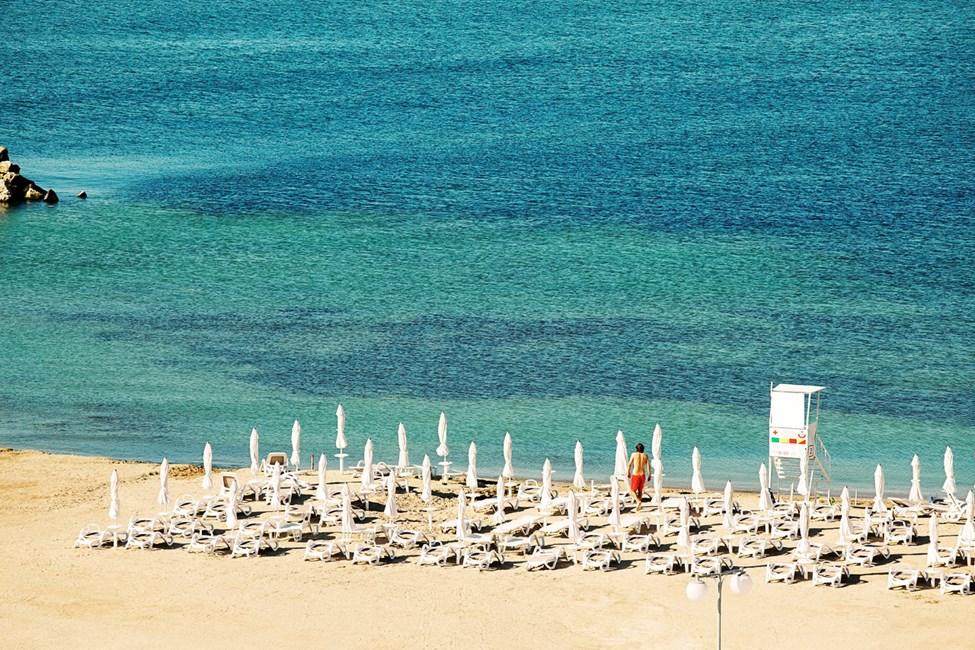 Stranden ligger precis vid hotellet.